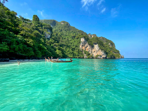 Krabi, Thailand - 13. November 2019: Longtail Boat at Monkey Beach, Phi Phi Islands, Krabi, Thailand. – Foto