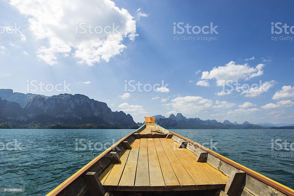 Longtail-Boot Segeln auf See, Khao Sok, Thailand Lizenzfreies stock-foto