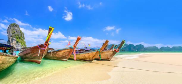 Langschwanzboote auf der Insel Poda in der Nähe von Ao Nang, Krabi Thailand. – Foto
