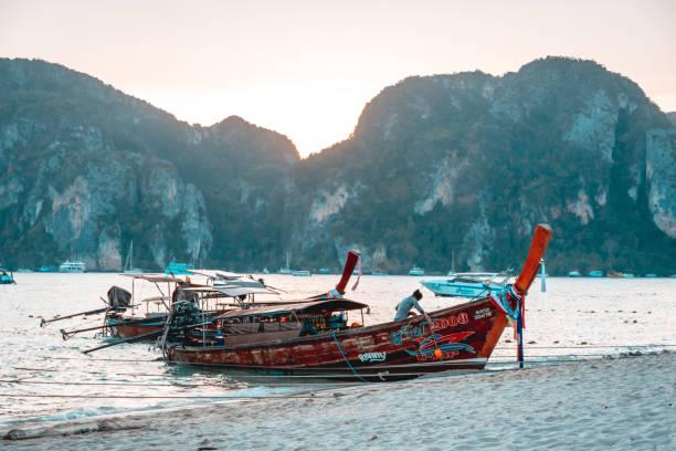 Longtail nas Ilhas Phi Phi, Tailândia - foto de acervo