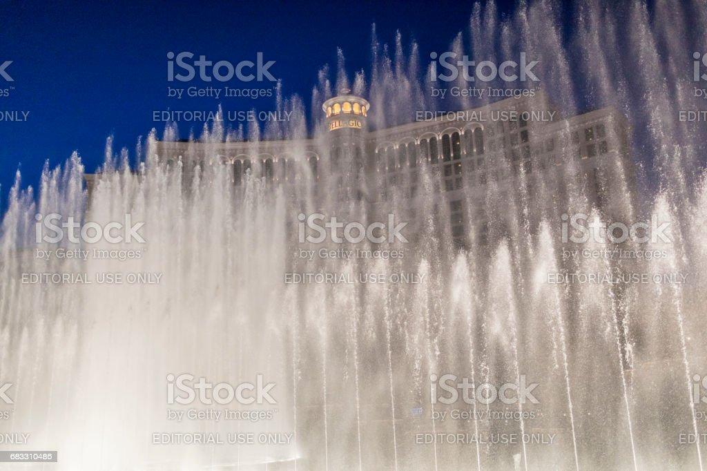 En titt på en av Las Vegas sevärdheter, Bellagio Hotel fontänen visar. royaltyfri bildbanksbilder