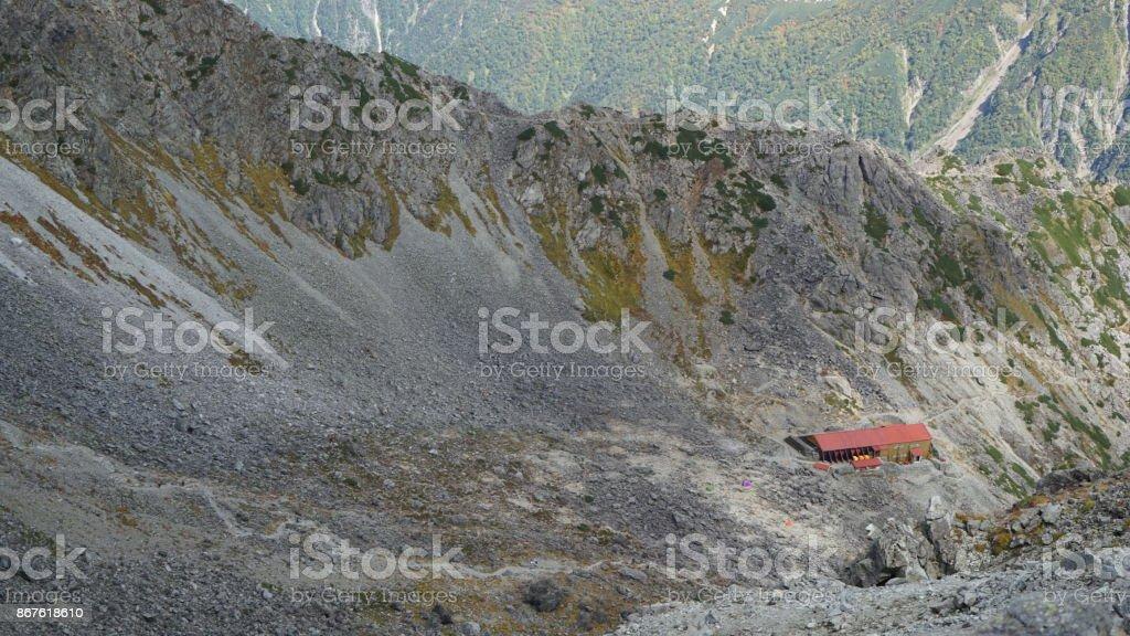 Miro en la dirección del cruel choza alpestre de nokkoshi japonesa Hida antes Yarigatake en Alpes del norte. - foto de stock