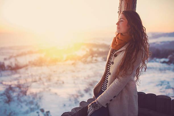 look into the white distance - wintermantel damen wolle stock-fotos und bilder