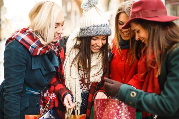 look de niñas felices y curiosas - moda de invierno fotografías e imágenes de stock