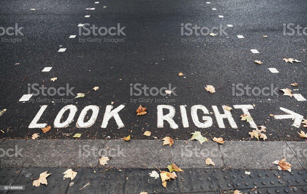 Richtig aussehen. Straße in Hongkong Kennzeichnung – Foto