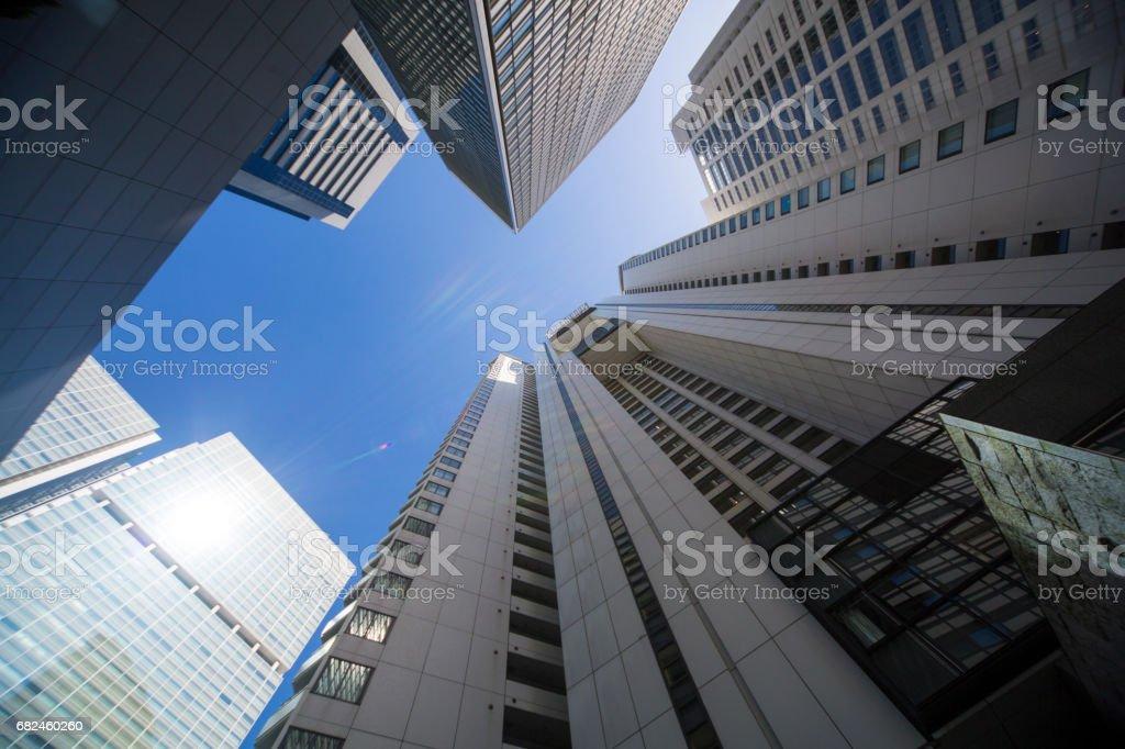 Ver la oficina urbana del High-Rise edificio desde abajo foto de stock libre de derechos