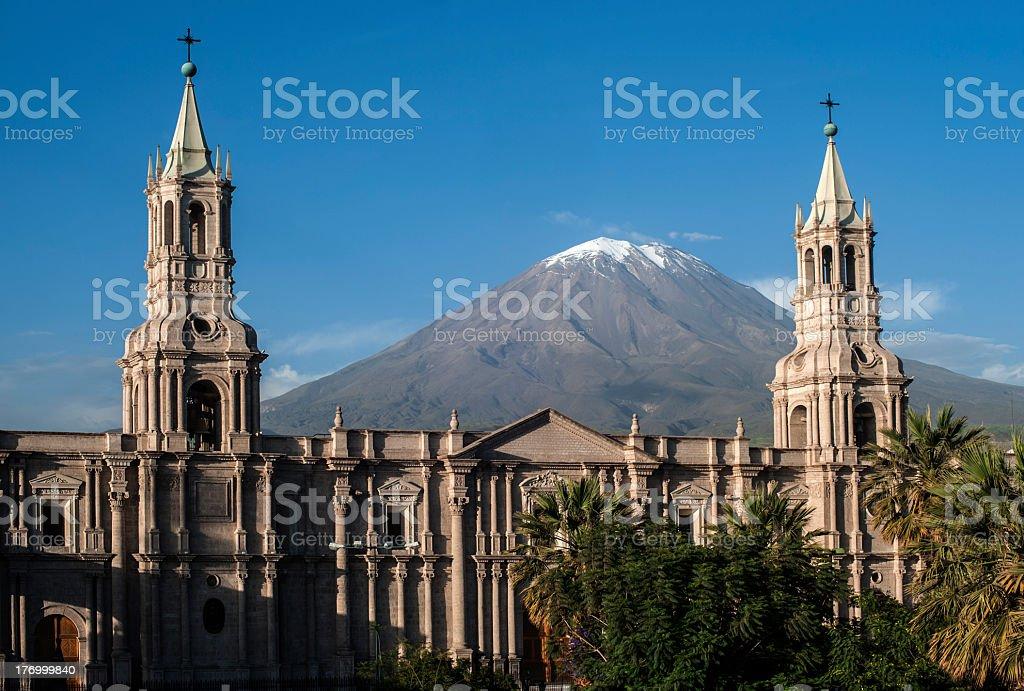 Snowcapped Imágenes De Stock Snowcapped Fotos De Stock: Catedral Y El Volcán Snowcapped En Arequipa Perú