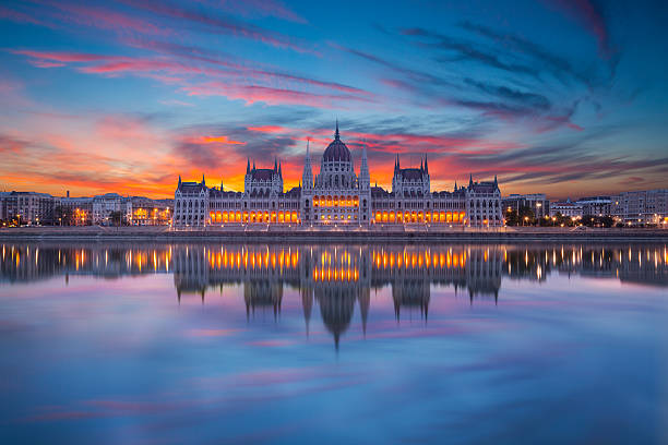 looking at hungarian parliament from across water at night - donau stockfoto's en -beelden