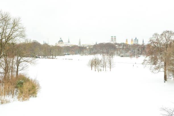 blick auf münchen vom englischen garten im winter - münchen weather stock-fotos und bilder