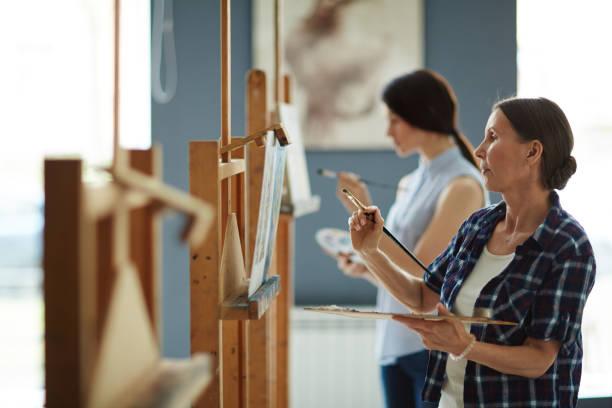 looking at picture on canvas - clase de arte fotografías e imágenes de stock