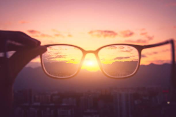Blick auf den Sonnenuntergang in der Stadt durch das Auge – Foto