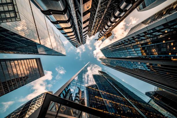 olhando diretamente para o horizonte do distrito financeiro no centro de londres - imagem de estoque - arranha céu - fotografias e filmes do acervo