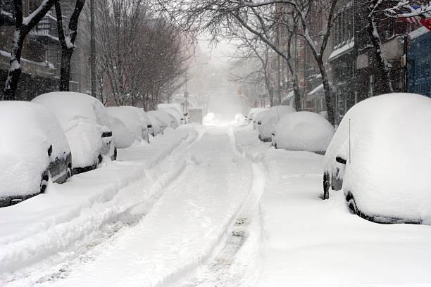 looking down a road full of snow covered cars  - snötäckt bildbanksfoton och bilder