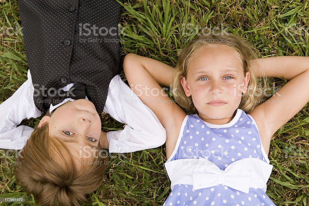 e8db8be09 Foto de Olhando Para Menino E Menina Deitada Na Grama e mais fotos ...