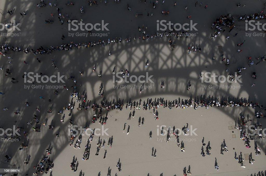 Blick nach unten auf Menschen warten auf die Linie für Eifflel Tower – Foto