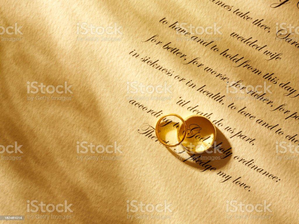 Mirando hacia abajo en votos matrimoniales foto de stock libre de derechos