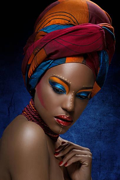 blick nach unten schwarze frau mit hellen bunten make-up - blaues augen make up stock-fotos und bilder