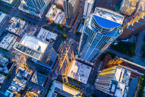 neer te kijken op een van de hoogste bouwwerk in texas - vanuit een drone gezien stockfoto's en -beelden