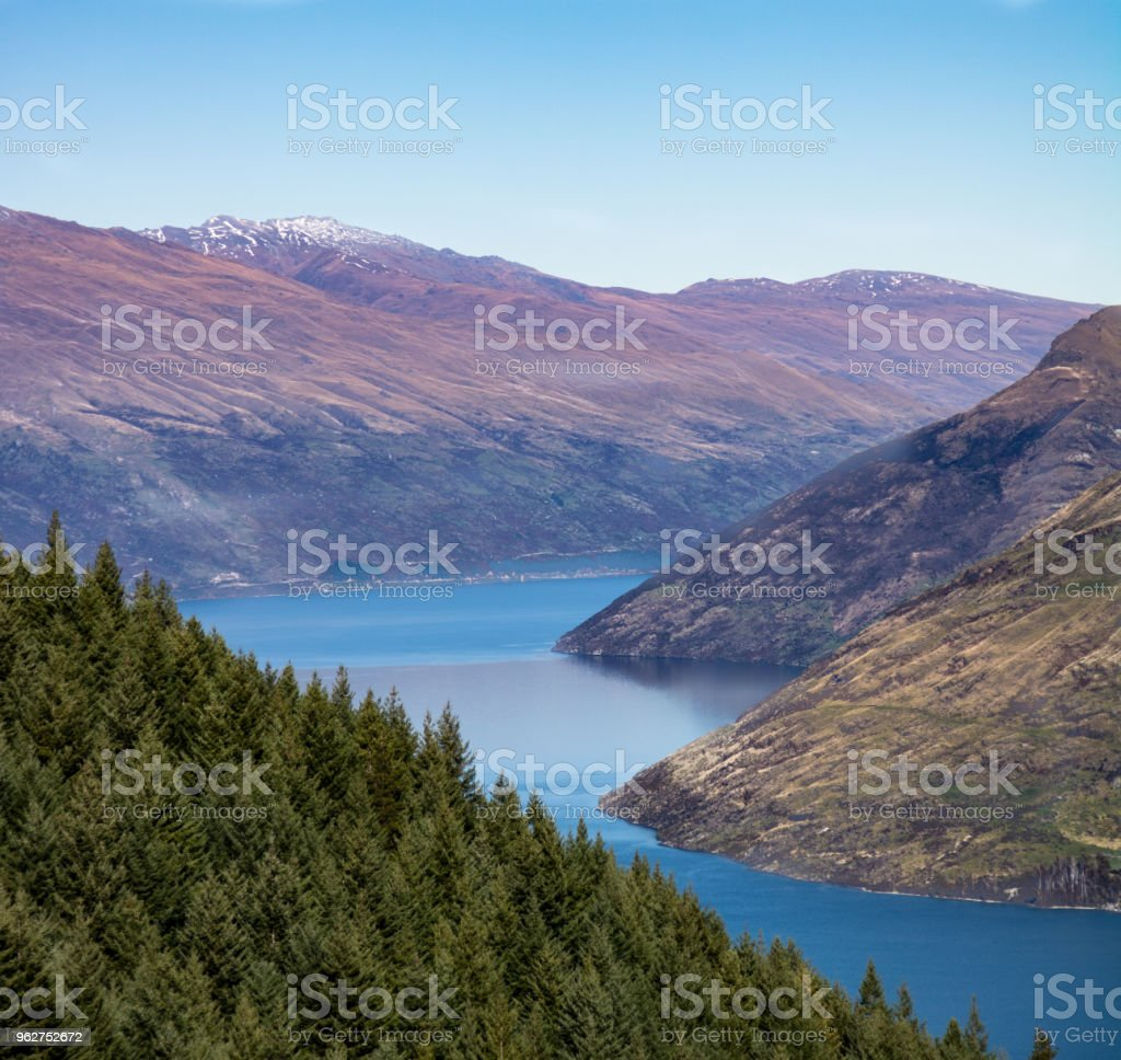 Looking down over the lake in Queenstown - Foto stock royalty-free di Acqua