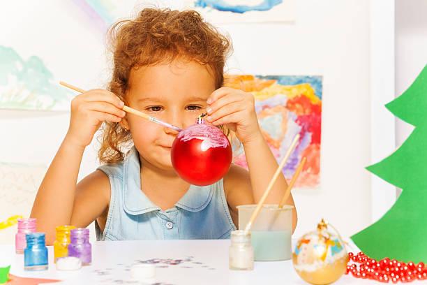 ein mädchen farben silvester-ball für xmas tree - weihnachtsbilder zum ausmalen stock-fotos und bilder