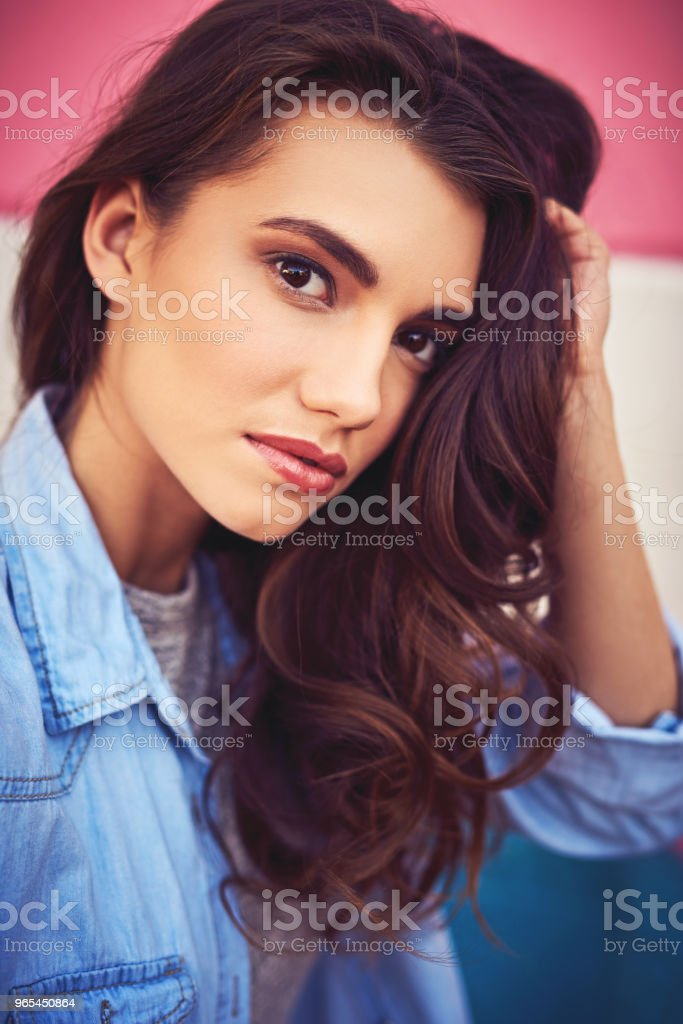 Looking gorgeous and oh so flawless in the city zbiór zdjęć royalty-free
