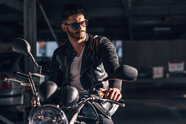 sieht großartig aus an seinem neuen bike - motorrad männer stock-fotos und bilder