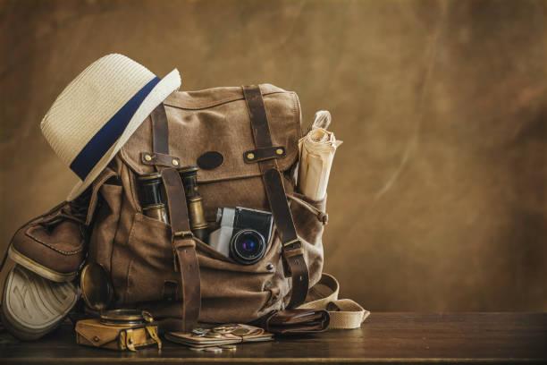 bild des reisens konzept, wesentliche urlaub elemente suchen. rucksack. retro-effekt. - vintage bag stock-fotos und bilder