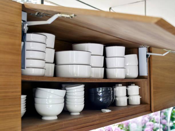 blick in einen küchenschrank - offene regale stock-fotos und bilder