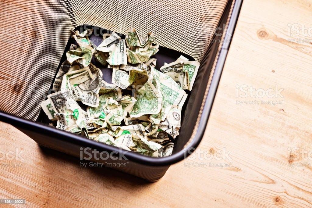 Busca en holdng papelera papelera billetes - foto de stock