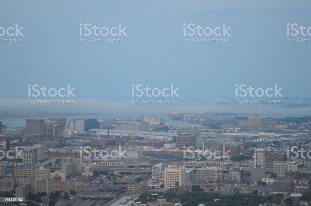 Olhando o nordeste de Prudential Tower ao entardecer. - foto de acervo