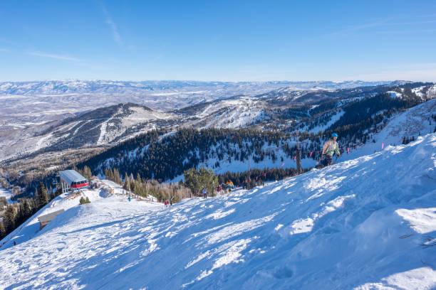 blick aus einem berggipfel - skifahrer auf den berg wandern - lake tahoe winter stock-fotos und bilder