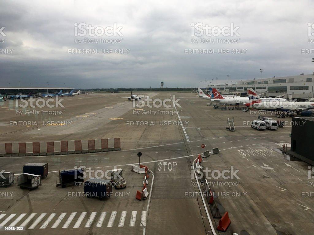Vista sobre a pista no aeroporto de Bruxelas, na Bélgica. Aviões da British Airways, Turkish Airlines, Air Algérie e Egito ar atracou no terminal. - foto de acervo
