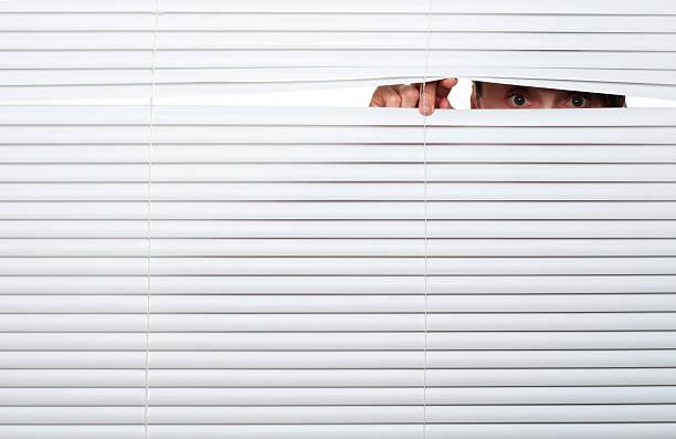 schaut sie - peeping tom stock-fotos und bilder