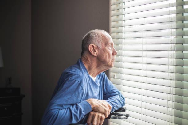 uit het raam kijken - raam bezoek stockfoto's en -beelden