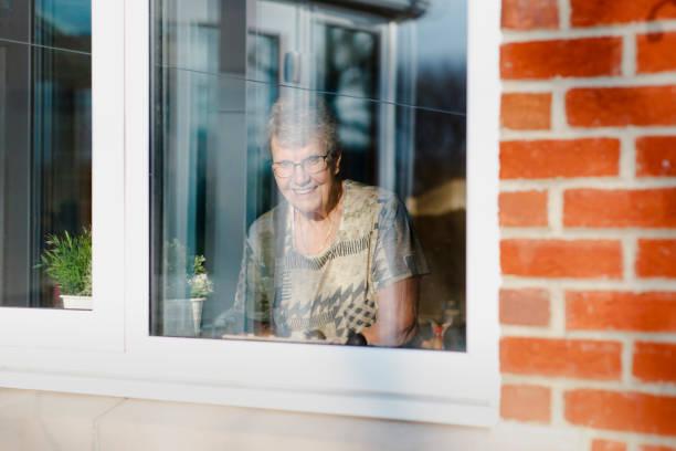 buiten kijken - raam bezoek stockfoto's en -beelden
