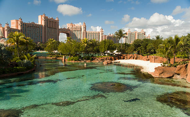 looking over the water at the atlantis resort in the bahamas - nassau new providence stockfoto's en -beelden