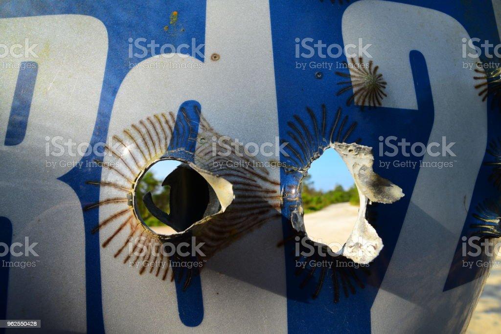 Olhando através de buracos em nome de estrada de tiro-se Cadastre-se na floresta de bala - Foto de stock de Alumínio royalty-free