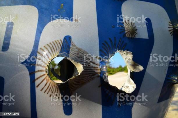 Foto de Olhando Através De Buracos Em Nome De Estrada De Tirose Cadastrese Na Floresta De Bala e mais fotos de stock de Alumínio
