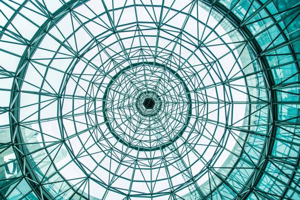 regardant à travers le toit en verre de cercle de la position inférieure - cercle concentrique photos et images de collection