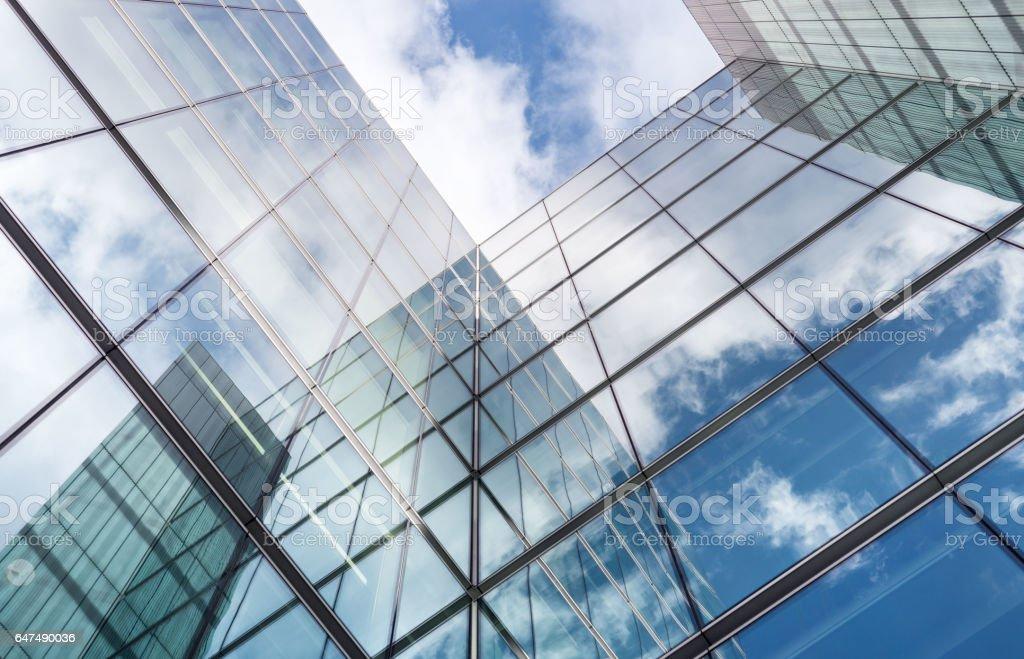 Buscar reflejos en vidrio cubierto edificio corporativo foto de stock libre de derechos