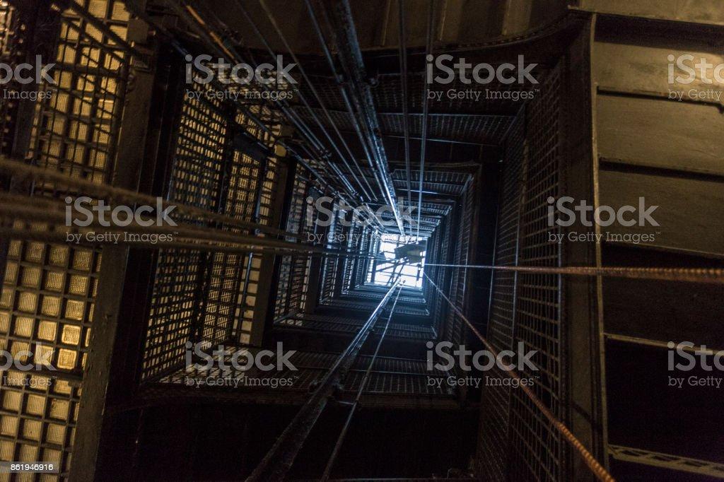 Mirando hacia arriba un ascensor de eje - foto de stock