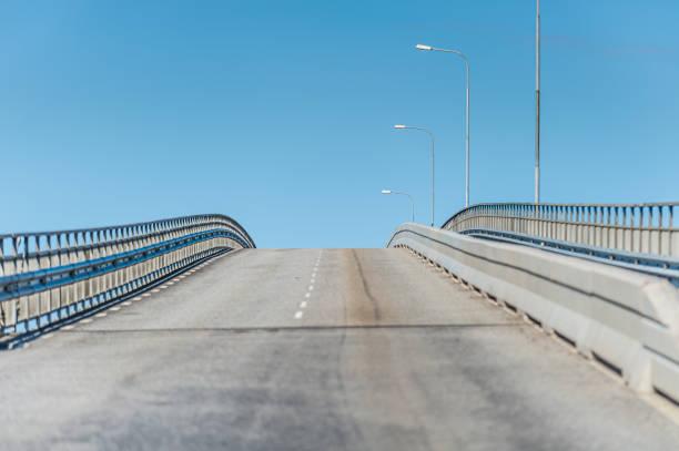 att leta upp en tom, grå bro. - tunnel trafik sverige bildbanksfoton och bilder