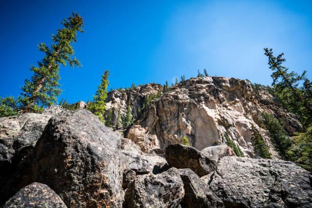 cliff yüz ve colorado dağlık bakmak - independence day stok fotoğraflar ve resimler