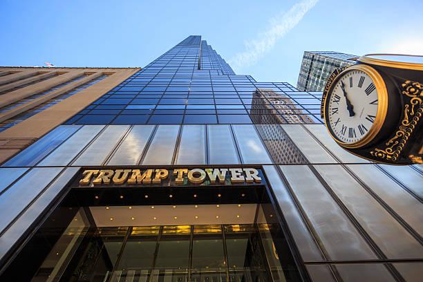 blick auf die 5th avenue trump tower - uhrenshop stock-fotos und bilder