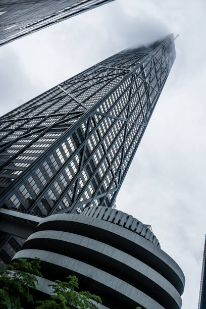 mirar hacia arriba - edificio hancock chicago fotografías e imágenes de stock