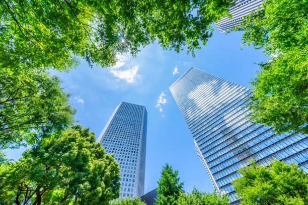 青い空と緑の木新宿, 東京, 日本でパノラマの近代的な都市のスカイラインの眺めを探してください。 - 緑 ビル ストックフォトと画像
