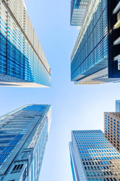Suchen Sie auf Panoramablick auf die moderne Stadt Skyline mit blauem Himmel in Tokio, japan – Foto