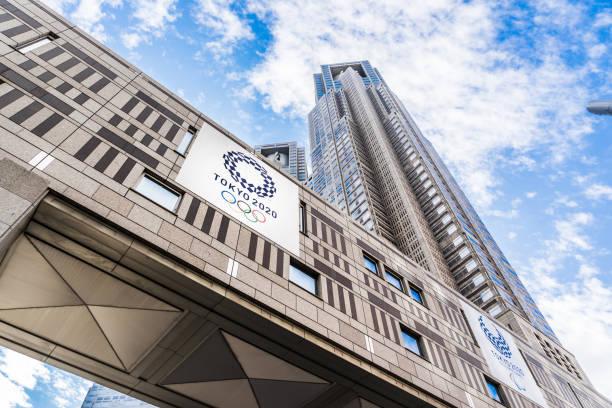 Suche nach Ansicht des Tokyo Metropolitan Government Building mit Logo der Olympischen Spiele 2020 in Tokio – Foto
