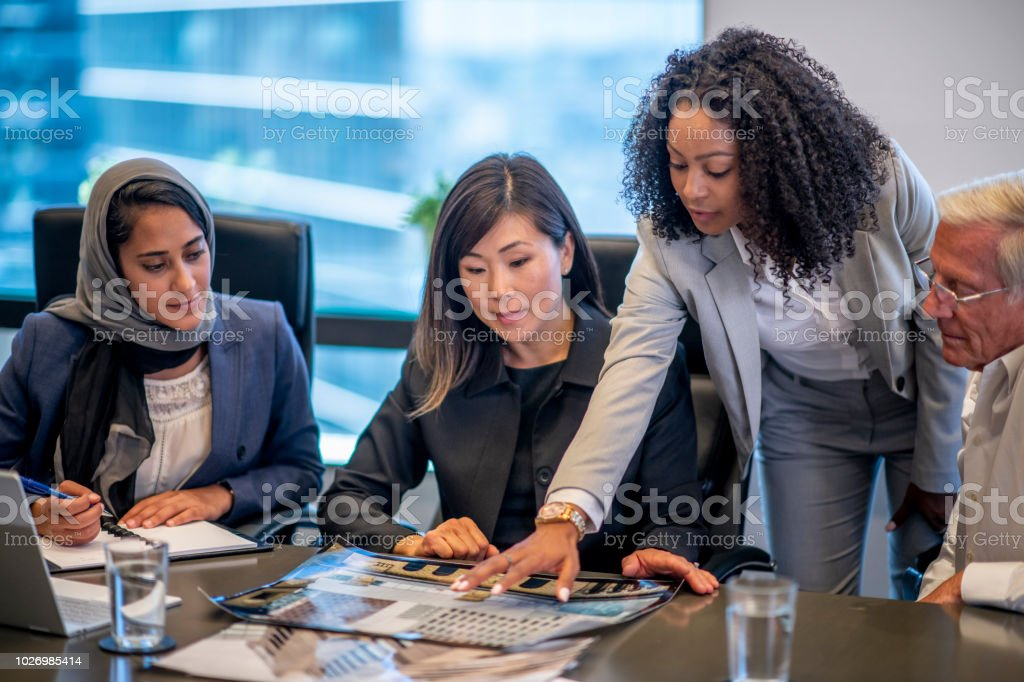 Lookinhg At Documents - Foto stock royalty-free di 20-24 anni