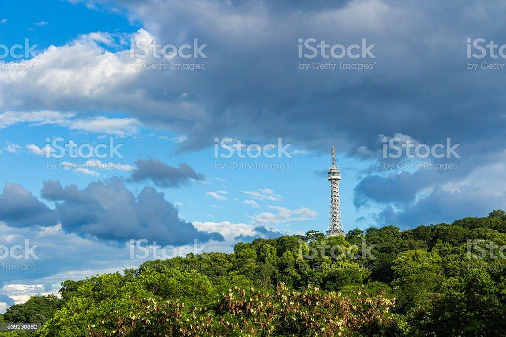 Torre de observação sobre a Colina Petrin em flor de primavera park foto royalty-free